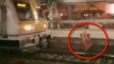 Una donna cammina inspiegabilmente sui binari, arriva il treno: si resta col fiato sospeso