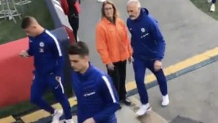 I tifosi chiamano Kepa per un autografo: il portiere del Chelsea tira dritto
