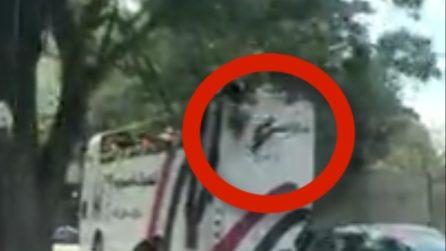Una donna cade dal pullman durante il viaggio: immagini da brividi
