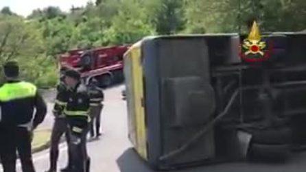 Padova, scuolabus sbanda e si rovescia: Otto bimbi feriti