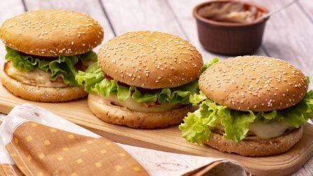 Burger di pollo con uovo: l'idea originale perfetta per una cena gustosa!