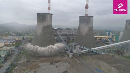 La torre di 90 metri si sbriciola con 200 kg di esplosivo: le immagini delle demolizione
