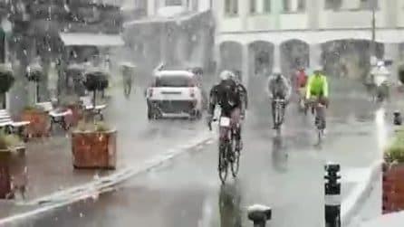Bergamo, nevica a maggio: i fiocchi cadono abbondanti