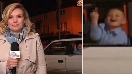 Bimbo fa il dito medio durante la diretta della giornalista: la reazione della donna