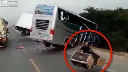 Scontro mortale in strada, muoiono due persone: sciacalli rubano il carico del camion