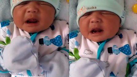 I genitori filmano il loro bimbo ma c'è un imprevisto