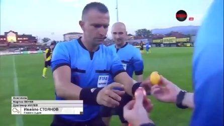 Lo strano sorteggio prima della partita: senza la monetina, l'arbitro fa usare due uova