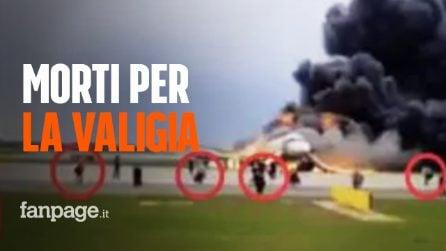 """Incidente aereo Mosca: passeggeri in fuga dalle fiamme con il bagaglio """"rallentano l'evacuazione"""""""