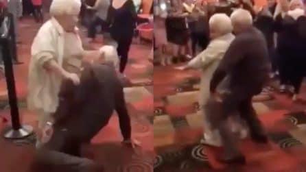 Movimenti che i ragazzi invidierebbero: la coppia di anziani è fenomenale