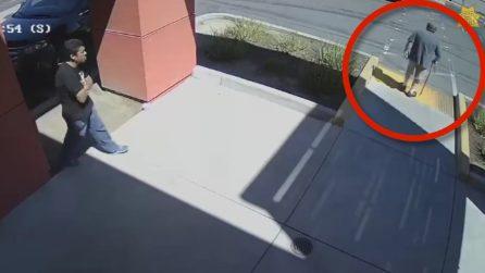 Anziano col bastone seguito da un uomo: le telecamere mostrano quello che accade