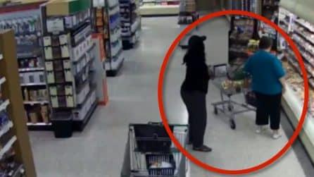 Cosa può accadere al supermercato mentre fai la spesa: la donna non si accorge di nulla