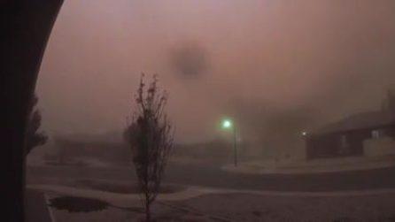La città si fa improvvisamente buia: la tempesta è assurda