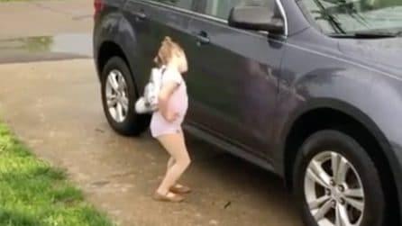 Si avvicina all'auto, la mamma se ne accorge e riprende tutto: quello che fa è esilarante