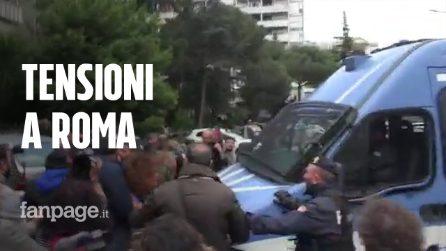 """Tensioni a Roma, blindato della polizia tra i manifestanti, poi i cori: """"Roma libera"""" e """"Bella ciao"""""""