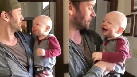 Il padre fa beatbox e il bimbo prova ad imitarlo: la scena esilarante