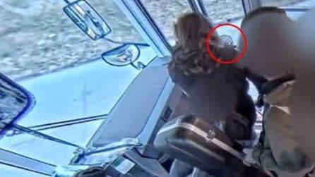 L'autista del bus chiude le porte, 14enne resta bloccato e viene trascinato: immagini choc