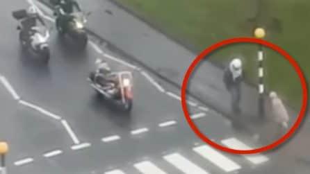 Motociclista scende e blocca il traffico: il bellissimo gesto per una donna anziana