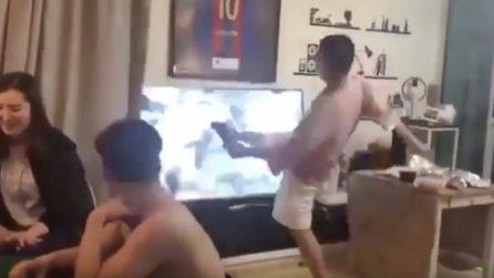 Tifoso del Barcellona sfonda la tv dopo la sconfitta contro il Liverpool
