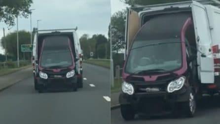 Trasporta un'auto sul retro del furgone: la scena assurda