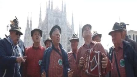 Milano, al via l'Adunata nazionale degli Alpini: inno d'Italia e alzabandiera in piazza Duomo