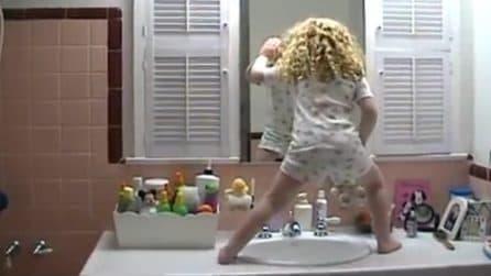 I genitori si svegliano e trovano la figlia di 4 anni in bagno: non immaginano cosa sta per fare