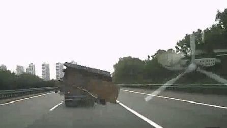 Auto colpita da un oggetto in strada: muore una persona