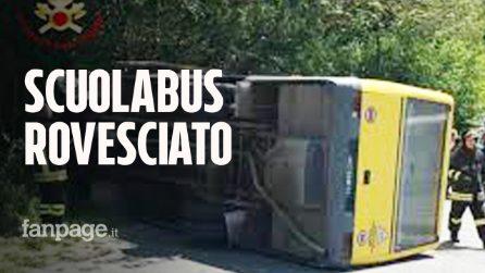 Scuolabus pieno di studenti si rovescia a Padova: l'autista scappa, era ubriaco