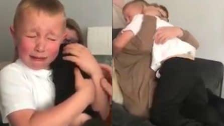 I nonni gli regalano un cucciolo e il piccolo piange per la gioia