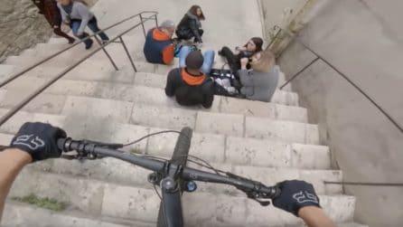 Il biker fole che mette in pericolo le persone in strada: scende le scale ed ecco cosa succede