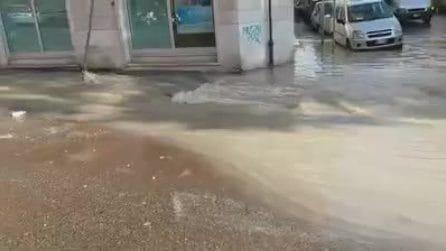 Roma, strada completamente allagata a Balduina a causa di una perdita d'acqua
