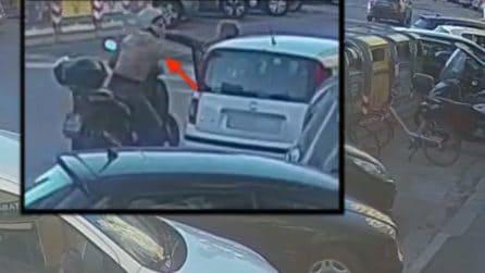 Firenze, arrestato scippatore seriale: le immagini mostrano come agiva