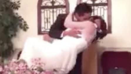 Lo sposo bacia la sposa con troppa passione