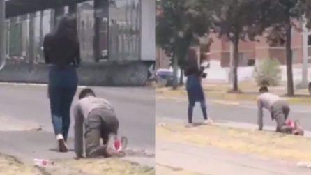 Un ragazzo gattona in strada accanto alla fidanzata: il motivo è esilarante
