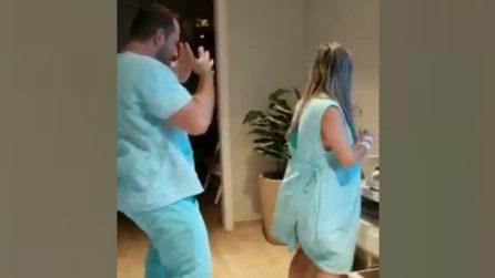 Il dottore entra nella stanza della donna incinta: quello che succede è inaspettato