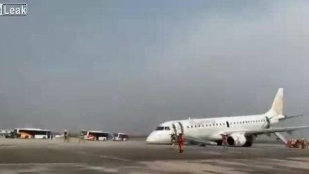 Non si apre il carrello: il pilota tenta l'atterraggio d''emergenza