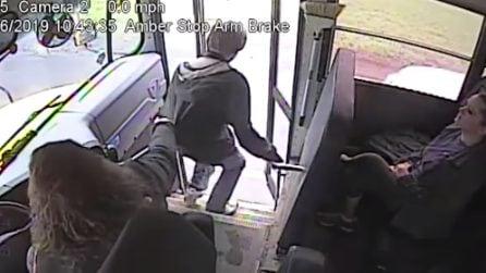 L'autista del bus salva la vita al ragazzo che sta per essere investito