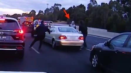 Tampona accidentalmente un'auto: il conducente reagisce molto male