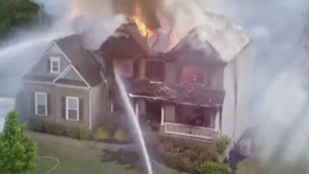 L'incendio devasta la palazzina: ma ciò che accade dopo qualche minuto è terribile
