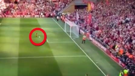 La figlia di Salah prende il pallone e va verso la porta: ecco cosa fanno i tifosi del Liverpool