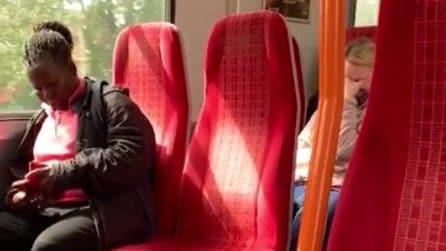 L'autista dell'autobus guarda un film a luci rosse: la reazione dei passeggeri