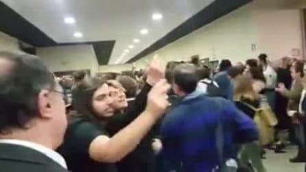 """Mimmo Lucano all'Università La Sapienza, al suo arrivo gli studenti cantano """"Bella Ciao"""""""