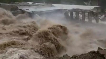 Emergenza maltempo, crolla la briglia a Ponte Verucchio: immagini spaventose