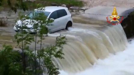 Tre giovani in balia del torrente nella loro auto: intervengono i vigili del fuoco