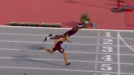 400 m ostacoli: l'atleta vola sulla linea del traguardo per vincere