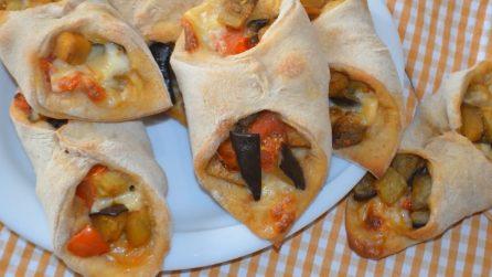 Fagottini di melanzane e provola: la pasta per le pizze avvolge un ripieno irresistibile