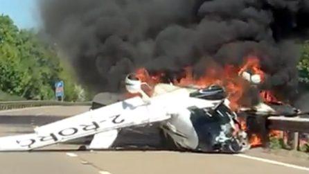 Aereo precipita al suolo e va in fiamme: le immagini sono raccapriccianti