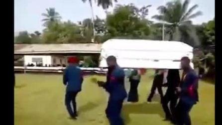 Ballano durante il funerale: però la bara scivola e cade a terra