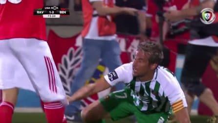 L'avversario non gli dà la mano, Fabio Coentrao gli abbassa i pantaloncini
