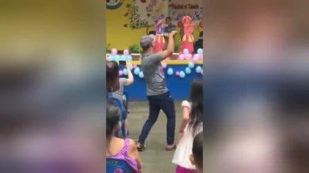 Il padre dell'anno: la figlia è sul palco e lui balla per ricordarle i passi