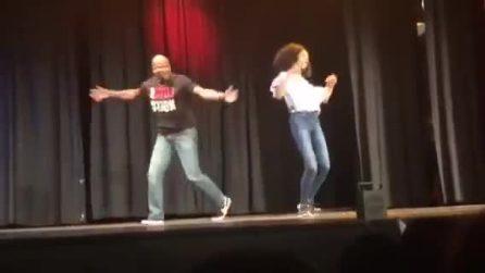 La figlia deve ballare e il padre sale sul palco con lei: entusiasmante quello che accade dopo
